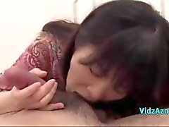 ASIATISCHES MÄDCHEN Giving Blasen Sperma zum Mund auf das Bett