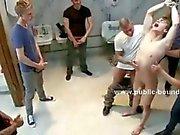 Schöne Teen Junge bekommt um eine Menge dicks in einem öffentlichen bathroom saugen und liegt dominierten