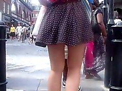 Minifaldita en un día ventoso - ESPECTACULARES !
