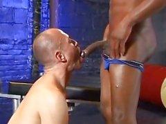 Uomo calvo è succhiare cazzo nero in vari modi esotiche