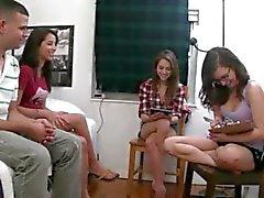 Teen barnvakter leker med dildo kuk