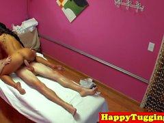 Asiático spycam masajista tirando antes de montar