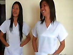Två sexiga Filipina sjuksköterskor ger särskild omsorg till lucky manliga turister