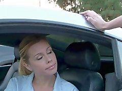 Stunning молодым блондинками трахают на автомобиль на свежем воздухе спортивном