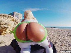 Blondie Fesser Finger ihren Besondere Hintern on the beach