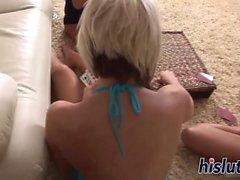 Tre sensuella hotties tycker om att strippa ner