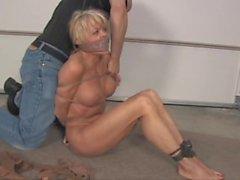 MILF Mandy hogtied nackt und geknebelt mit ihrem abgenutzten Höschen!