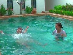 filles thai sexy dans la piscine
