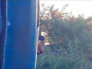 2 мальчика пытаясь спрятаться