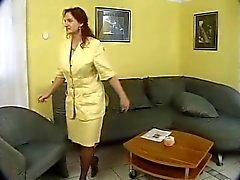 Maturo Germania en tailleur jaune