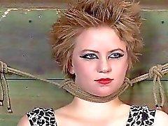 Caged menina de adquire açoitamento por sua bunda harmoniosa