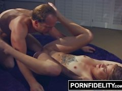 PORNFIDELITY Arya Fae Creampie için Cock On Her Akrobatik Becerileri kullanır