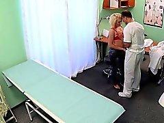 Lääketieteen opiskelija nussii väärennettyjen sairaalaan