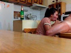 Succhia cazzo sul tavolo da cucina