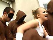 Дора показывает вверх в монастыре ненное как девственном жениха