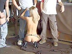Chaude sexe en groupe dans un garage