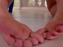 Fuss Baby hänselt mit den Füßen beim Masturbieren