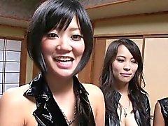 Aasialainen cosplay Hao puristusta huoneen läpi