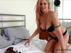 Julia Ann neckt mit Strumpfhosen und Dessous!