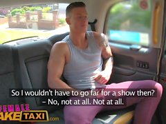Kvinna Fake Taxi Sexig manlig stripper cums i hennes mun