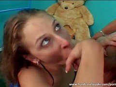 Sexy brunette sucks enorme galo