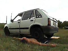 Sklave zermalmt unter Herrin Auto