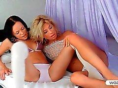Stephanie ja Melanie B hyväillen elinten kanssa suukkoja