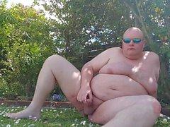 Толстый человек имеет больше удовольствия в саду