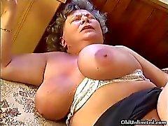 Tjock mormor med gigantiska tuttar blir