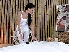 Des massages Masseuse le corps chaud de la jeune brune