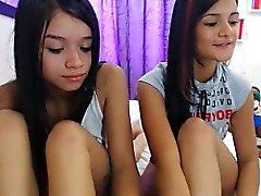 Dos chicas jóvenes provocadores poniendo sus maravillosas curvas