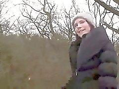 Brunette im Pantyhose kotzen riesiger Schwanz und fickt bei Wälder