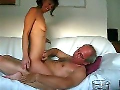 Couples d'âge mûr le sexe anal sur le sofa