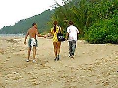 Cute Latina diventa un DP in spiaggia
