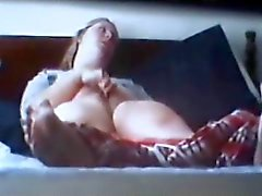 spycam a attrapé Blonde Rubing le clito l'orgasme