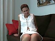 Minou poilu de grand-mère on administre le traitement des doigt de