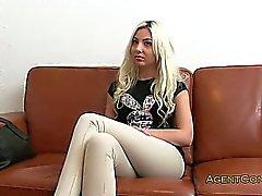 Slim blondi on perseestä ja nussii valtavia Dickin