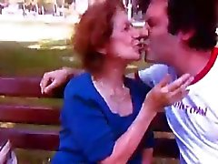 Barn för man Kissing gamla damen 2