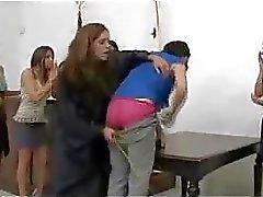 Hohe Mädchen immer den Arsch verprügelt Rot mit Stock die Frau Richters auf dem Schreibtisch Vermeiden Jail
