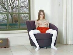 Kırmızı bir şort Gloria her düzgün gençlerin pussy görüntülenir