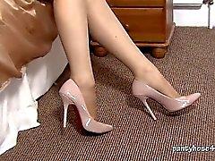 Blonde Niki Rips ihre Strumpfhosen