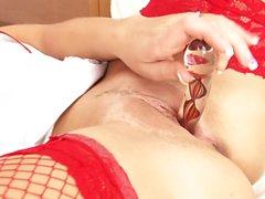 Kuumat imettäjä punaisella ja sukat pistää lelu hänen rako