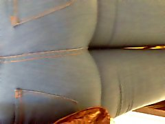 Mavi bir kot içinde süper büyük Milf eşek
