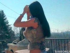 Geschlechtspuppe brunette zu Fuß im Freien zeigen ihre Fotze & Boys