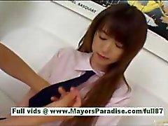 Shiori Kitajima jonge Aziatische slet op de bank
