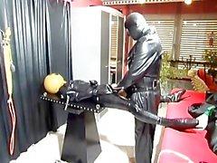 Le latex konkubinen - Scène 2