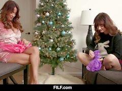 Primeiro Natal de Anissa Kate como madrasta decide foder seu enteado - FILF