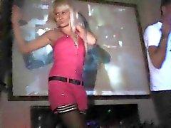 Blonde танцы - и полосы - на баре клуба !