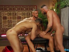 Ağzına boşalmak ile Latin eşcinsel üçlü