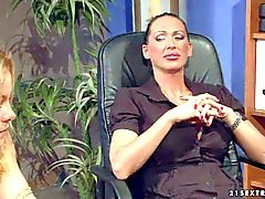 Mandy Bright'schen Sklavenmädchens Salomé ist Stuhl in gefesselt